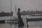 1950 Elsterstausee Pontonsteg und Dalbenfeld im Hintergrund